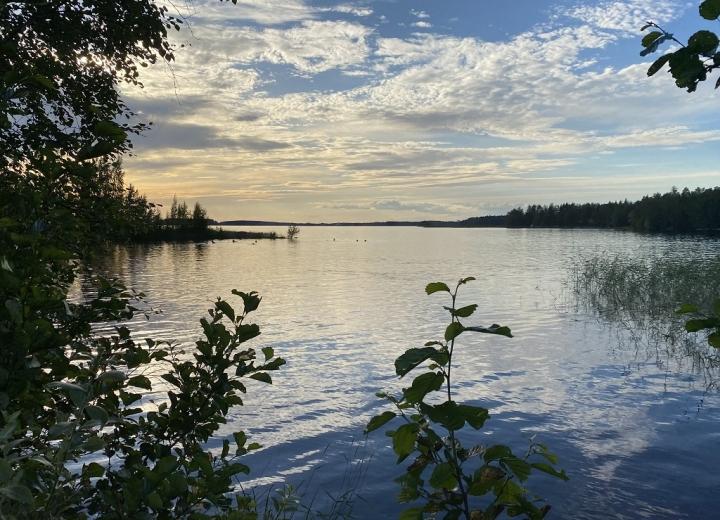Aurinko laskee mailleen Pyhäselän rannalla 9. heinäkuuta.