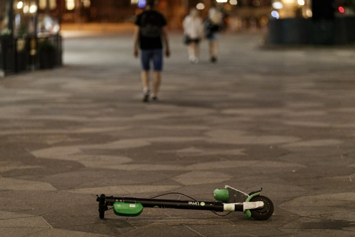 Sähköpotkulautailijoiden onnettomuudet kuormittavat terveydenhuoltoa isommissa kaupungeissa. LEHTIKUVA / Roni Rekomaa