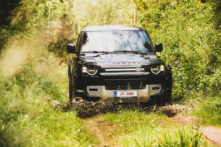 Uusi Land Rover Defender on edelleen aivan oikea maastoauto. Kori on jälleen pääosin alumiinia.