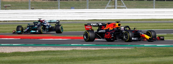 Red Bullin Verstappen (oikealla) ja Mercedeksen Hamilton Silverstonessa 17. heinäkuuta. LEHTIKUVA/AFP