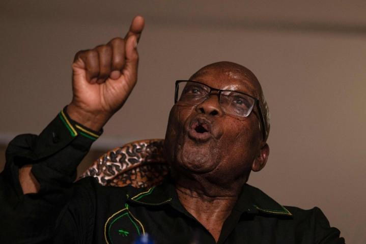 Etelä-Afrikan entinen presidentti Jacob Zuma on antautunut viranomaisille aloittaakseen 15 kuukauden vankeustuomionsa. LEHTIKUVA/AFP
