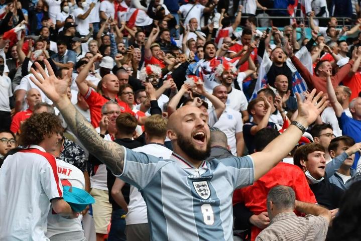 Englannin kannattajilla oli aihetta riemuun, kun Englanti iski avausmaalinsa ottelussa Saksaa vastaan kesäkuun 29. päivänä pelatussa ottelussa. Tänään Englanti kohtaa Tanskan. LEHTIKUVA/AFP