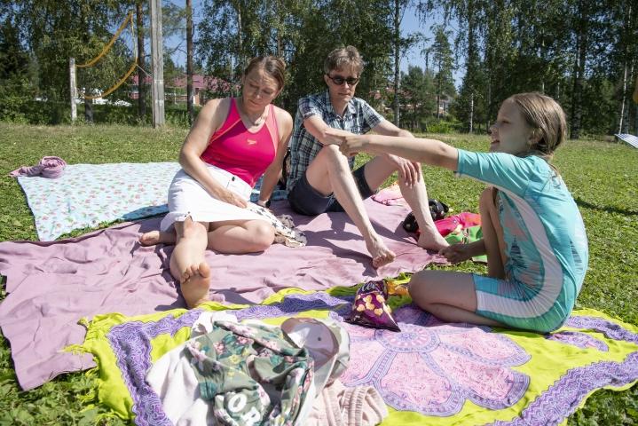 Sarri Sipilän (vas.), Ilari Jämsénin ja Lila Jämsénin suppailu päättyi jokaisen kesäuimarin painajaiseen, kun suurehko kala haukkasi Sipilää jalasta.