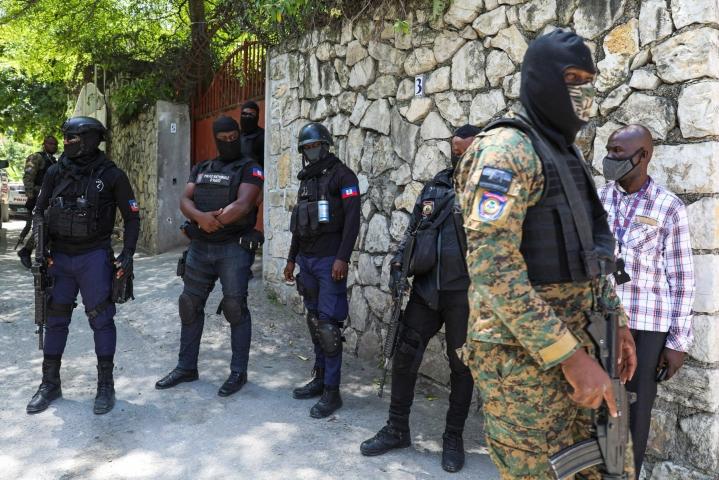 Haitin keskiviikkona salamurhatun presidentin Jovenel Moisen väitetyt surmaajat on otettu kiinni. Kuvassa haitilaisia poliiseja seisomassa presidentin virka-asunnon ulkopuolella. LEHTIKUVA/AFP
