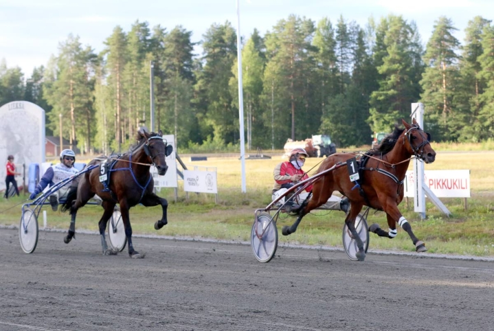 Uomo Show ja Tuomas Pakkanen veivät voiton kotiradallaan juosseelta Jasmine Zonilta.
