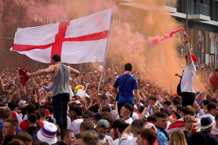 Wembleyn ulkopuolella arvioitiin olleen 200000 ihmistä, kun ottelun katsojakapasiteetti oli 67500. Lehtikuva/AFP