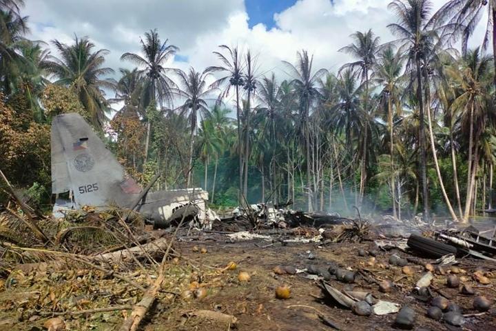 Armeijan lentokone syöksyi maahan sunnuntaina puolenpäivän maissa paikallista aikaa yrittäessään laskeutua Jolon saarelle Sulun provinssissa Etelä-Filippiineillä. Lehtikuva/AFP/Handout