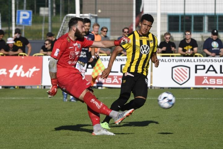 AC Oulun Yann Fillion (vas) ja FC Hongan Juan Alegria tavoittelivat palloa Espoossa sunnuntaina pelatussa ottelussa.  LEHTIKUVA / JUSSI NUKARI