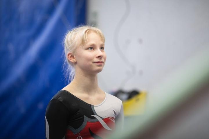 Venny Ylimartimo onnistui hienosti naisten telinevoimistelukisoissa Keravalla.
