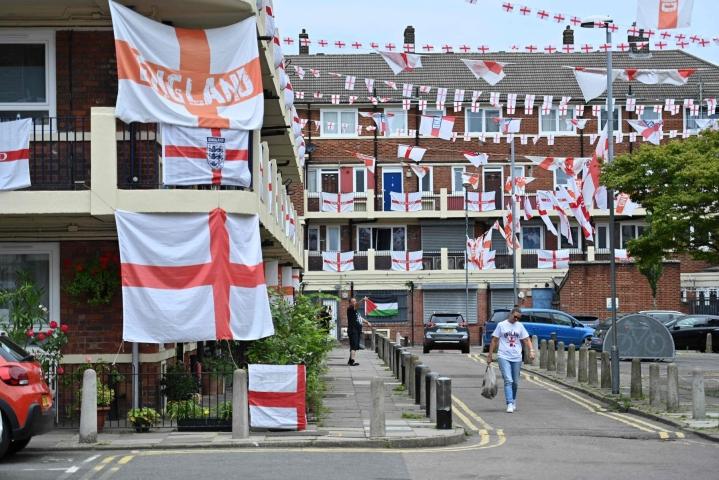 Englannin kannattajat valmistautuvat jo EM-kisojen loppuotteluun, jossa Englanti sunnuntaina kohtaa Italian. LEHTIKUVA/AFP