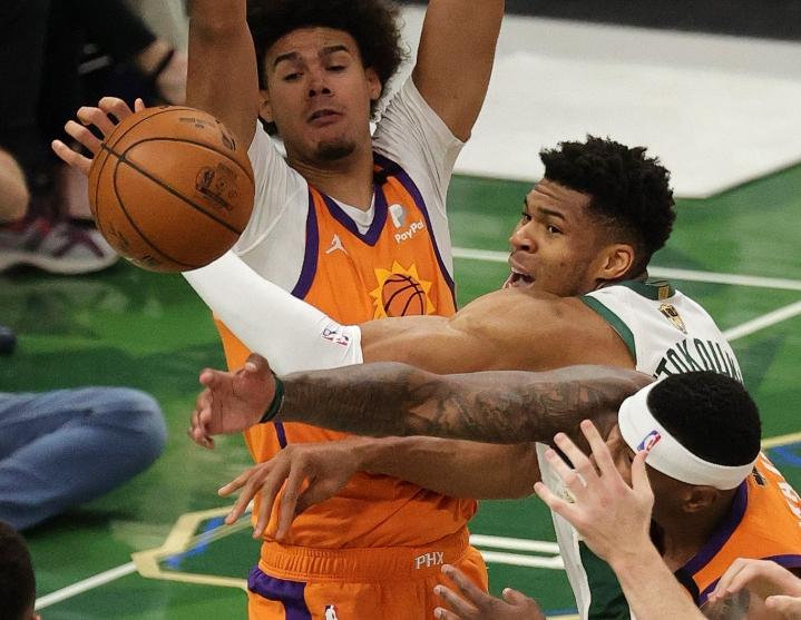 Milwaukee Bucksin Giannis Antetokounmpo kamppaili pallosta Phoenix Sunsin Cameron Johnsonin ja Torrey Craigin kanssa Milwaukeessa pelatussa ottelussa. LEHTIKUVA/AFP