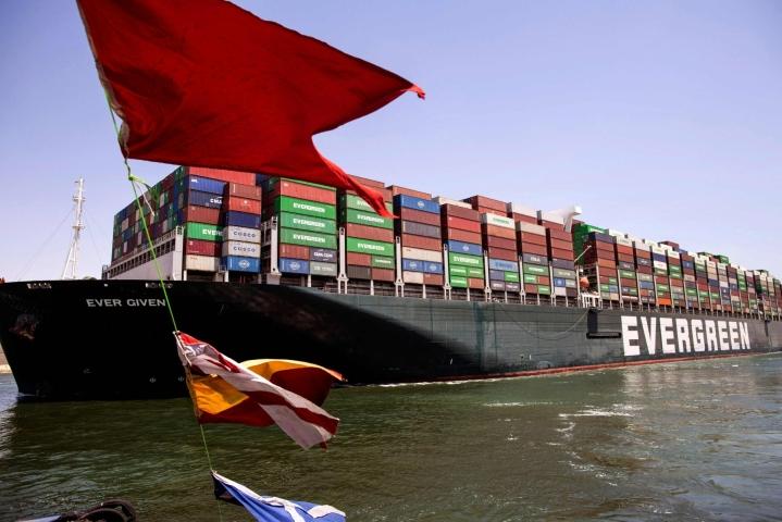 Ever Givenin odotetaan pysyvän Rotterdamissa elokuun alkuun asti konttien purkamisen ja lastauksen ajan. LEHTIKUVA/AFP