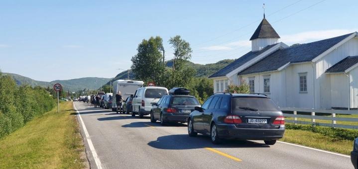 Norjan ja Suomen rajalla voi joutua yhä jonottamaan. Kuva maanantailta, kun autot jonottivat Nuorgamin kohdalla Norjan puolella. LEHTIKUVA / Vesa Moilanen