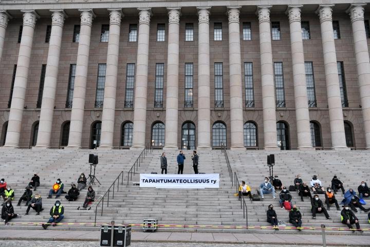 Mielenosoittajia tapahtumaelinkeinon keskujärjestön Tapahtumateollisuus ry:n mielenilmauksessa eduskuntatalon edessä 8. syyskuuta 2020. LEHTIKUVA / ANTTI AIMO-KOIVISTO