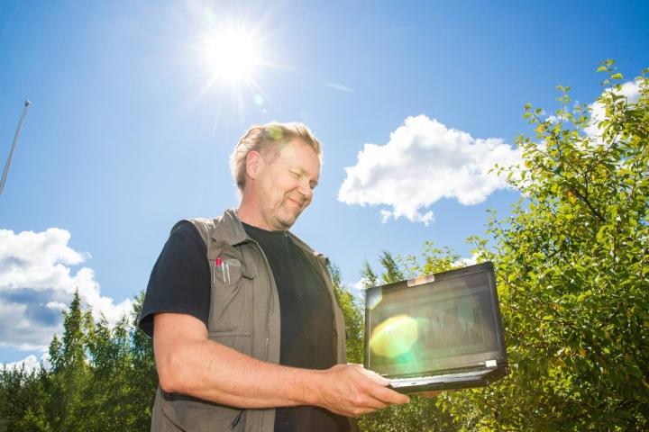 Markku Leppänen seuraa oman sähkön tuotantoa reaaliajassa.
