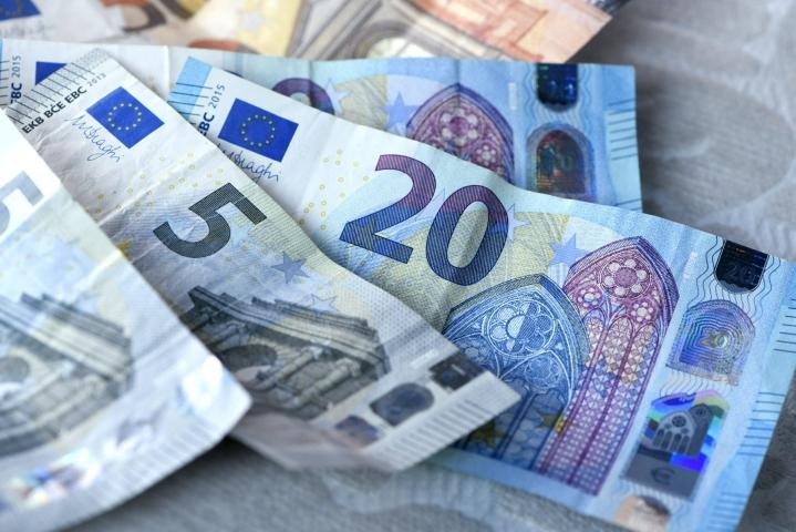 Suomalaiset kuluttajat saattavat tulevaisuudessa käyttää euroseteleiden ja -kolikoiden rinnalla digitaalista euroa, jos Euroopan keskuspankin aloittama hanke toteutuu suunnitellusti. LEHTIKUVA / Heikki Saukkomaa