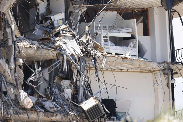 Yhdysvaltain Miamissa viranomaiset valmistautuvat purkamaan osittain romahtaneen rakennuksen pystyyn jääneen osan. LEHTIKUVA/AFP