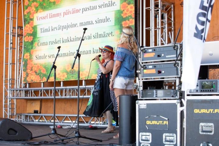 Virpi Eronen osallistui Joensuun Kulttuuritorilla pidettyyn Karaoke karjalaksi -tapahtumaan. Hän lauloi Maman kevätpajoisen yhdessä Taru-Tuija Hyykyn kanssa.