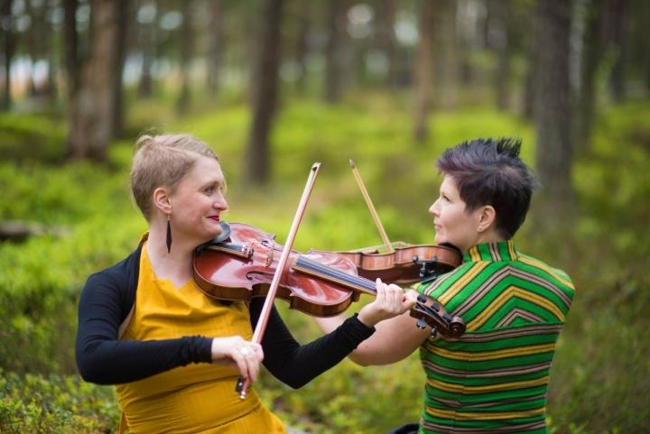 Viulistit Suvi Ojala (vas.) ja Emilia Lajunen esiintyvät Pohjois-Karjalassa tällä viikolla.