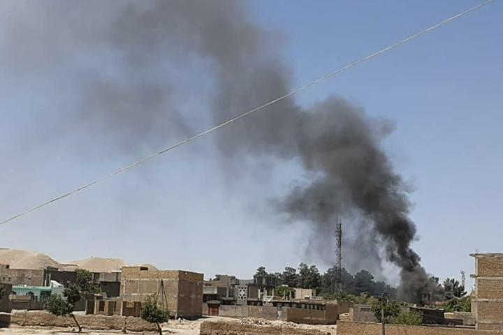 Savua nousee taloista Qala-i-Naw'n kaupungissa Afganistanin turvallisuusjoukkojen ja Talebanin taistelujen jatkuessa. LEHTIKUVA / AFP