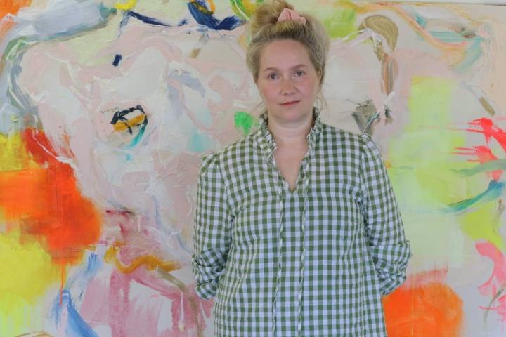 Tanja Koskinen yhdistää maalauksissaan ihmisten ja eläinten hahmoja.
