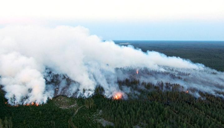 Kalajoella on tulessa yli 300 hehtaaria maastoa. Maastoa on palanut sunnuntaista saakka. LEHTIKUVA / GLENN HÄGG
