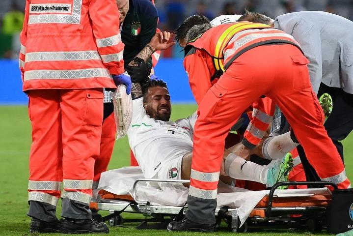 Tuskasta irvistänyt ja kyyneleitä vuodattanut puolustaja kannettiin paareilla kentältä pois. Lehtikuva/AFP