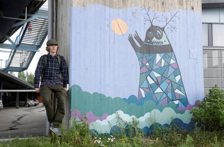 Joensuulainen kaupunkitaiteilija Toni Ahokas pitää katutaidetyöpajan. Ahokas kuvattuna teoksensa kanssa kesällä 2020.