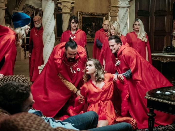Chelsea Stardustin esikoisohjaus Satanic Panic sukeltaa ökyrikkaiden lähiöelämän pimeälle puolelle.