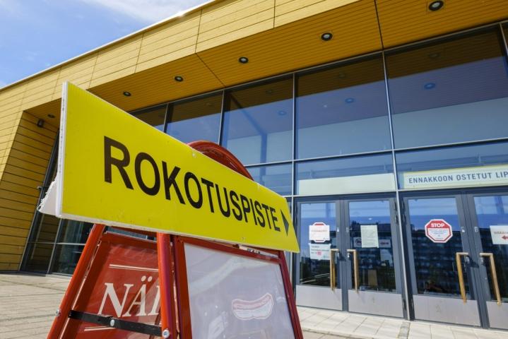 Tällä hetkellä Suomessa rokotetaan kaikkia täysi-ikäisiä sekä 12–17-vuotiaita riskiryhmiä. LEHTIKUVA / Seppo Samuli