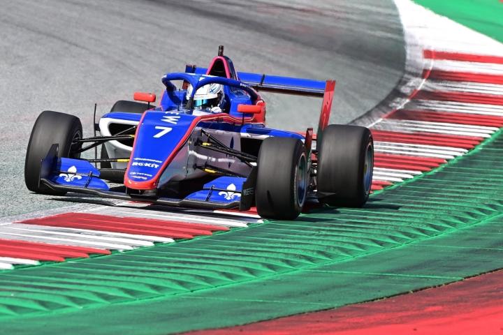 Emma Kimiläinen on Silverstonen kilpailun jälkeen W Series -sarjassa viidennellä sijalla 27 pisteellä. LEHTIKUVA / AFP