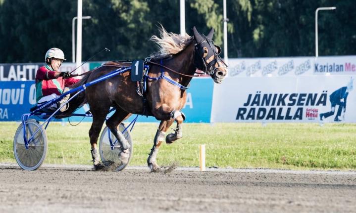 Veli-Pekka Toivanen ohjasti Anne Kärkkäisen valmentaman Walenen keulavoittoon Linnunlahden maanantai-illlassa.