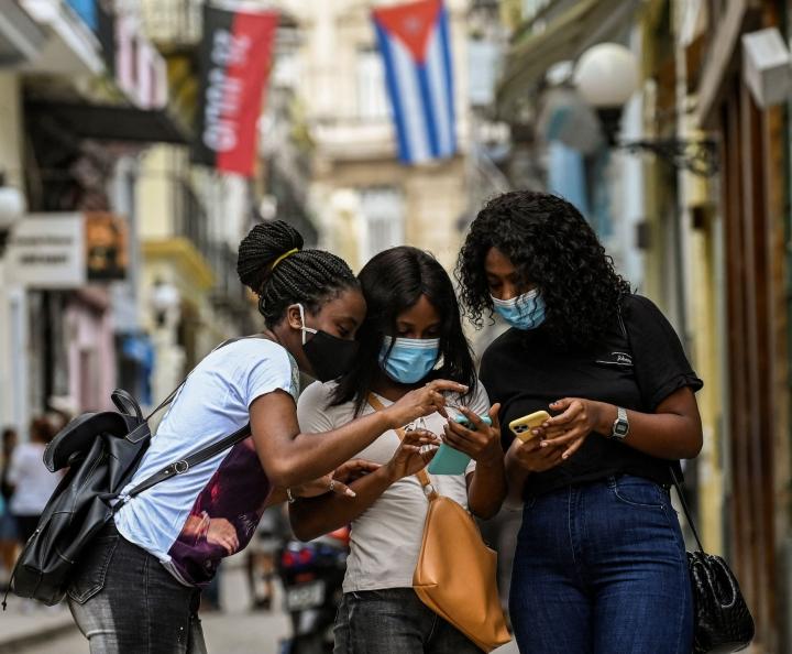 Mielenosoitusten aikana interneytyhteyksissä on ollut häiriöitä. LEHTIKUVA/AFP