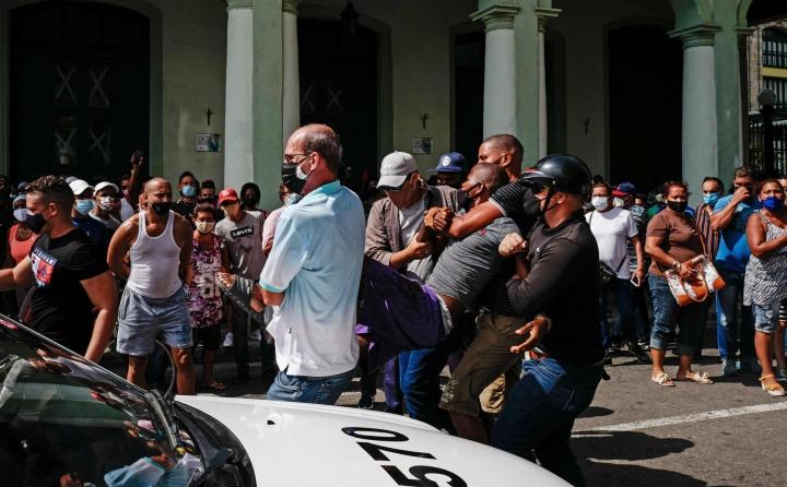 Mies otettiin kiinni mielenosoituksissa Havannassa. LEHTIKUVA/AFP