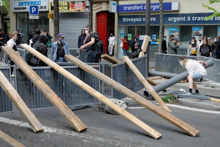 Keskiviikkona tuhannet ihmiset ympäri Ranskaa lähtivät kaduille vastustamaan maan uusia koronatoimia. Pariisissa poliisi käytti kyynelkaasua mielenosoitusten hajottamiseen. LEHTIKUVA/AFP