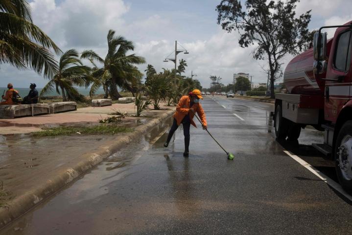 Dominikaanisen tasavallan pääkaupungissa Santo Domingossa on siivottu saarella tuhoja tehneen Elsa-myrskyn jälkiä. Lehtikuva/AFP