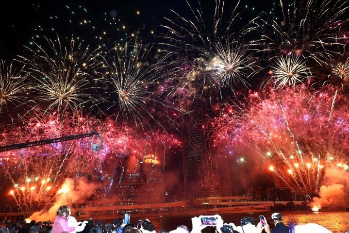 Olympiavalintaa juhlittiin Brisbanessa muun muassa ilotulittamalla. LEHTIKUVA/AFP