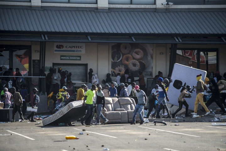 Kaupat ja varastot ovat joutuneet Johannesburgissa ryöstöjen kohteeksi useana päivänä peräkkäin. LEHTIKUVA/AFP