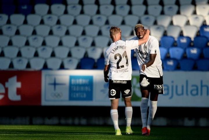 Macoumba Kandji (oik.) teki FC Lahden tasoituksen. Lehtikuva / Mikko Stig