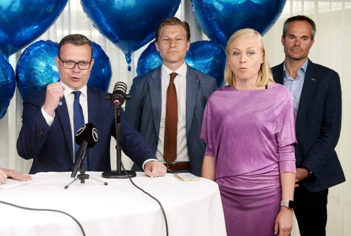 Petteri Orpo, Antti Häkkänen, Elina Valtonen ja Kai Mykkänen iloitsivat kokoomuksen kuntavaalituloksesta kesäkuussa.