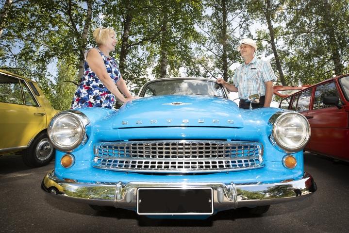 Anna ja Timo Alho saapuivat kokoontumisajoihin sinivalkoisella Wartburgillaan.