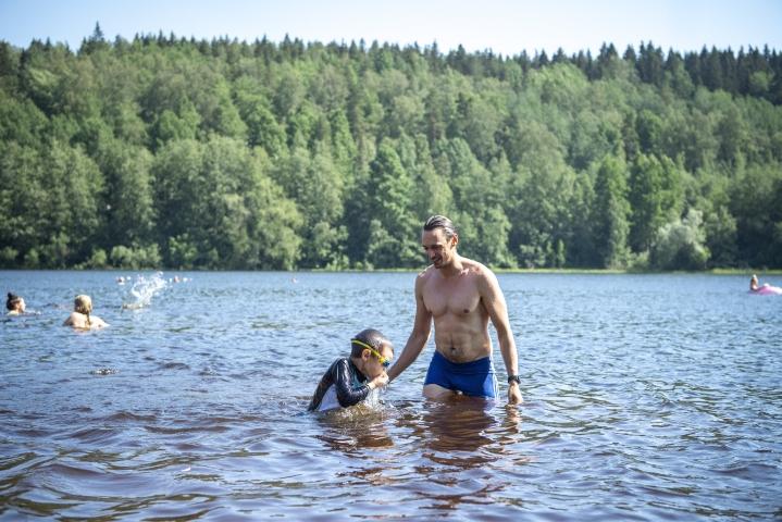 Eero Lehtinen, 5, ja Riku Lehtinen luottavat siihen, että jostain löytyy aina kelpoja uimapaikkoja, vaikka leväkukintoja joltain rannalta löydettäisiinkin.