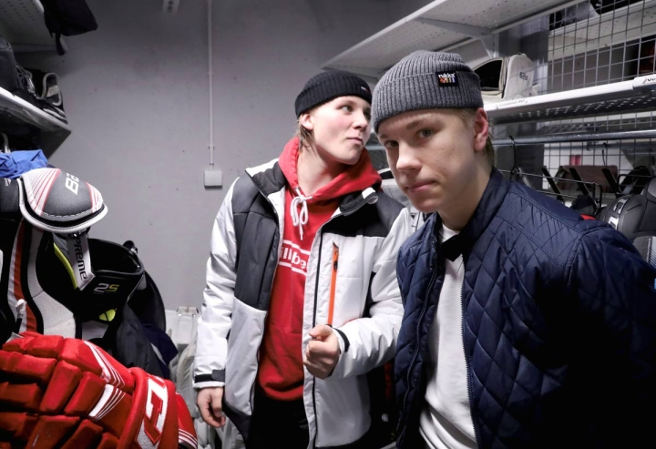 Elmeri Laakso ja Aleksanteri Kaskimäki ovat edustaneet Suomea aiemminkin nuorten maajoukkuepeleissä. Joulukuussa 2019 he valmistautuivat nuorten talviolympialaisiin.