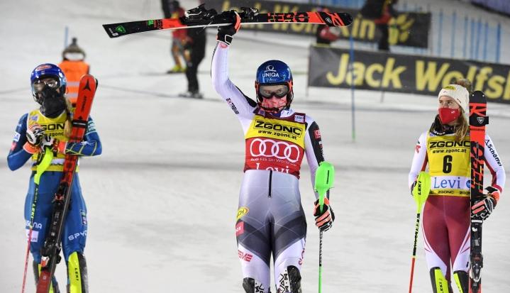 Levi valmistautuu järjestämään kaksi alppihiihdon naisten maailmancupin pujottelukilpailua ensi marraskuussa. Kuva viime marraskuun maailmancupin kilpailun kärkikolmikosta Levin toisesta kisasta. LEHTIKUVA / Jussi Nukari