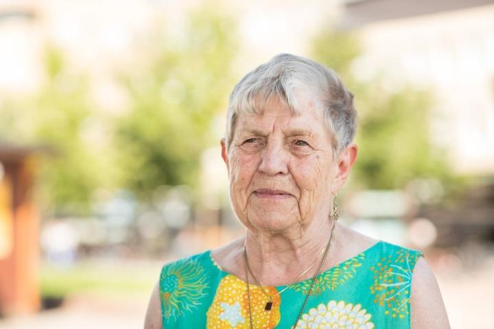 Ulla Mikkola kertoo nauttineensa alkukesän säästä, helteet eivät häntä rasita.
