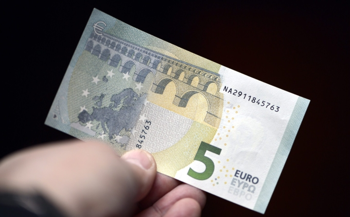 Kuvassa aito viiden euron seteli, jota esiteltiin vuonna 2013. LEHTIKUVA / KIMMO MÄNTYLÄ