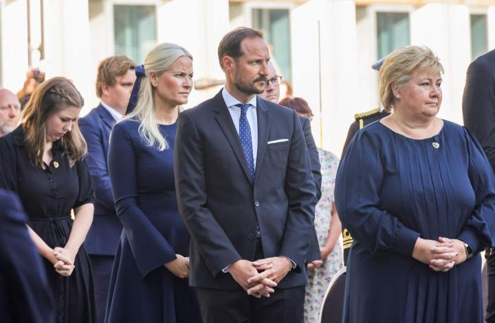 Kruununprinsessa Mette-Marit, prinssi Haakon ja pääministeri Erna Solberg osallistuivat muistoseremoniaan aamupäivällä Oslossa. Lehtikuva/AFP