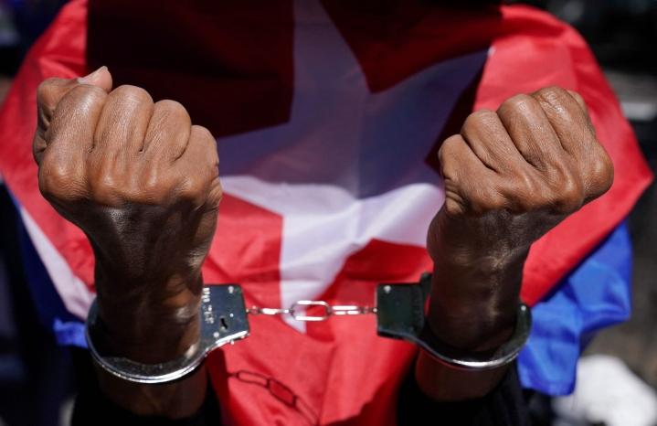 Kuubassa tuhannet ihmiset ovat lähteneet kaduille harvinaisiin kommunistihallinnon vastaisiin mielenosoituksiin. LEHTIKUVA / AFP