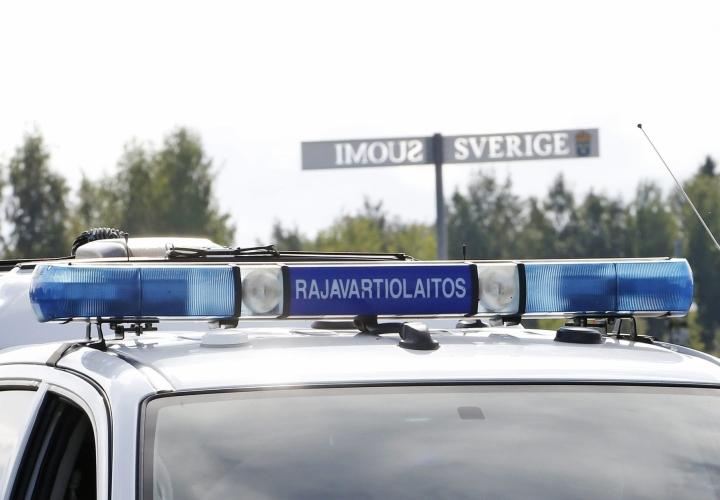 Rajavartioston auto pysäköitynä Tornion ja Haaparannan välisellä rajanylityspaikalla viime elokuussa. LEHTIKUVA / TIMO HEIKKALA