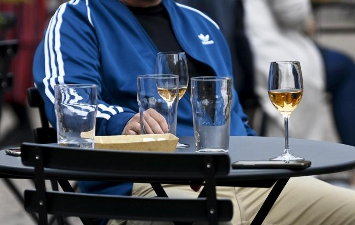 Uudellamaalla käytössä olevien kiihtymisvaiheen rajoitusten mukaan ravintolat saavat olla auki aamuviidestä kello yhteen saakka yöllä. LEHTIKUVA / Vesa Moilanen